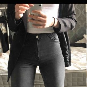 Gråa jeans från hm. Storlek 36. Näst intill oanvända kanske 2-3 gånger så som nya. stretchiga. frakt tillkommer