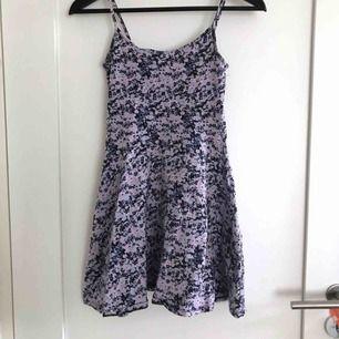 Enkel och skön klänning från H&M. Banden är lite uppsydda, men det är enkelt att sprätta bort om man vill ha dem längre. Frakten blir 36kr och jag tar swish eller plick safepay.