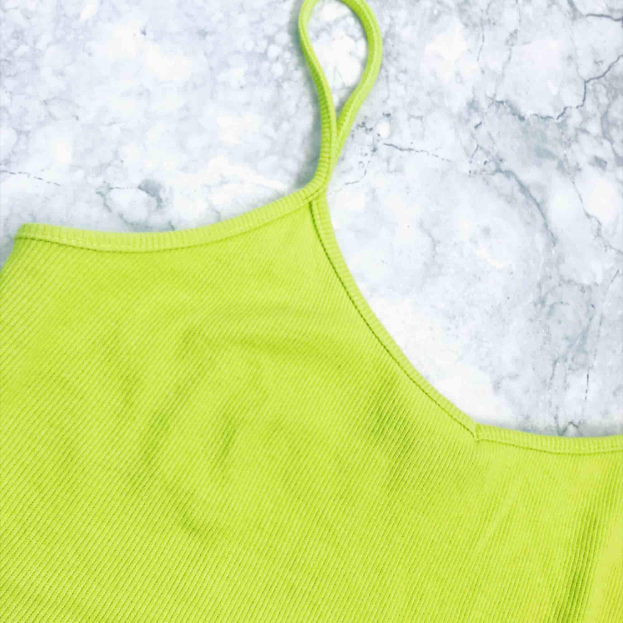 Neon grön/gul crop top ✨. Toppar.