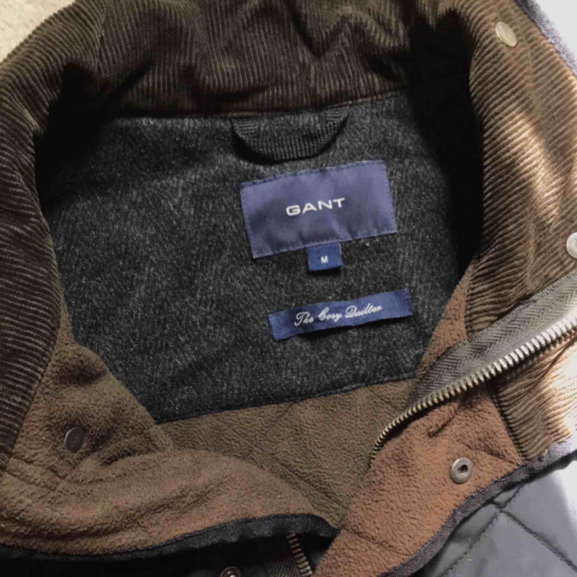 Min fantastiska GANT-jacka får inte längre plats i garderoben och det är dags för den att hitta ett nytt hem. Varm och skön och tål mycket, passar typ hela året. Storlek M.. Jackor.