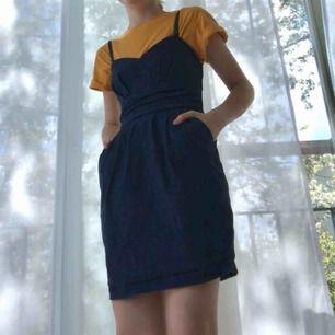 """Så fin klänning med djupa fickor(!!) från märket Couture. Den har avtagbara axelband, och är """"scrunchad"""" i ryggen, och har även en dragkedja i sidan. Dock har den ett litet hål bredvid, så dragkedjan är lite trög, men det borde vara enkelt att fixa."""