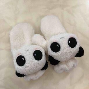 Ett par söta pandavantar 🐼 aldrig använda, så gott som nya! Frakt ingår i priset men kan även mötas upp i Arvika/Karlstad 🌈 betalning sker via Swish eller kontant!