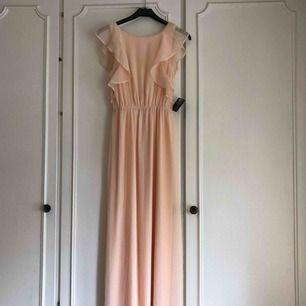 En fin klänning från Nelly som jag tänkte att jag skulle använda men aldrig gjort, därför är alla prislappar kvar 💕 Passar 34/36. Frakt ingår i priset men kan även mötas upp i Arvika/Karlstad 🌈 betalning sker via Swish eller kontant!