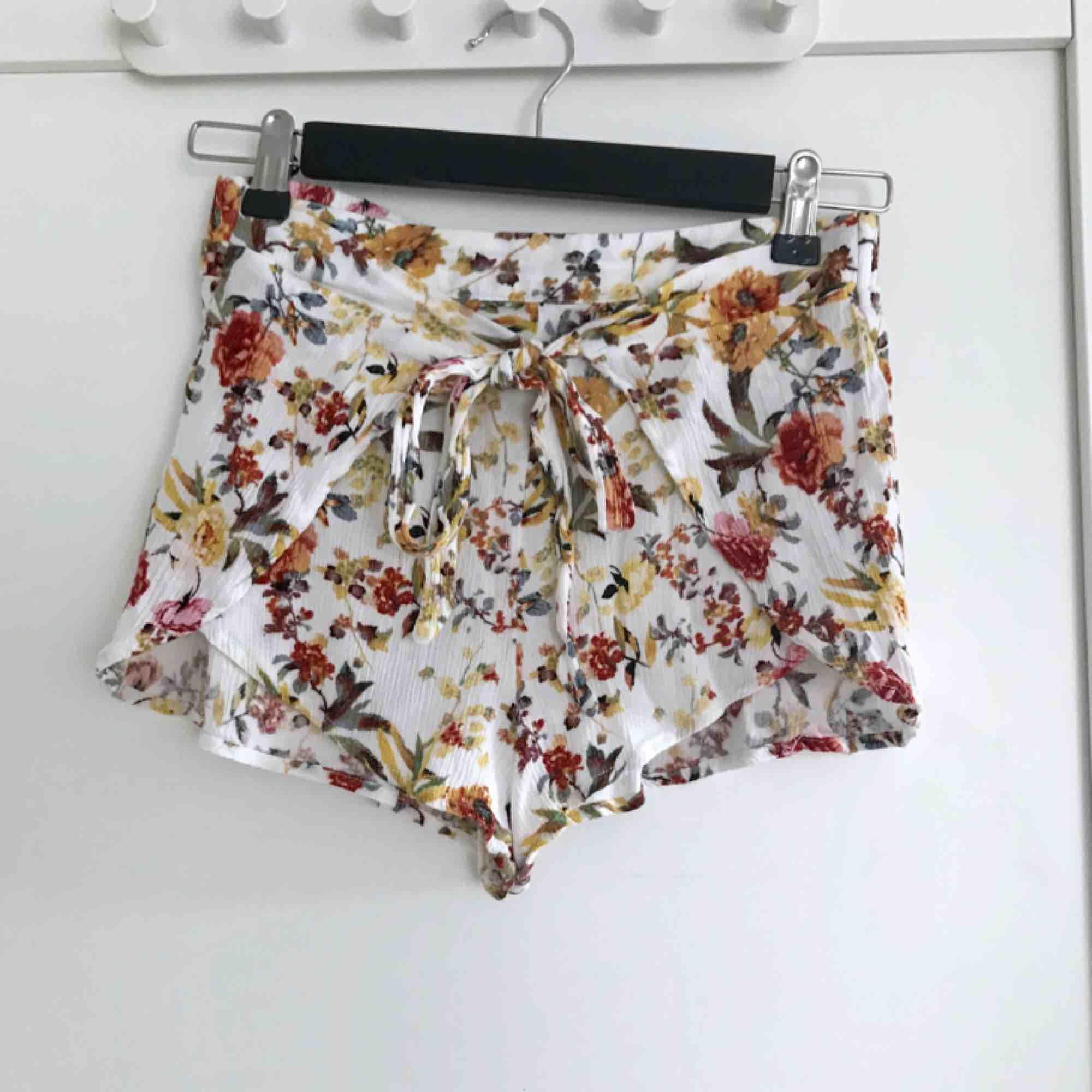 Söta blommiga shorts från Pull & Bear. Perfekta nu till sommaren. Står storlek S, men skulle även passa XS. Säljer ett par likadana fast gröna i en storlek mindre.🌺. Shorts.