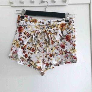 Söta blommiga shorts från Pull & Bear. Perfekta nu till sommaren. Står storlek S, men skulle även passa XS. Säljer ett par likadana fast gröna i en storlek mindre.🌺