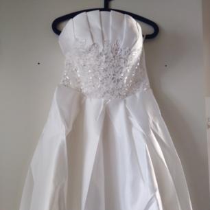 PRIS KAN DISKUTERAS VID SNABB AFFÄR! Säljer denna vackra klänning då den var alldeles för lång för korta mig, jag drunknar, hehehe. Passar allt från 32-38 då den har snörning i ryggen, följer med en stor rosett man kan välja att ha på klänningen eller inte.