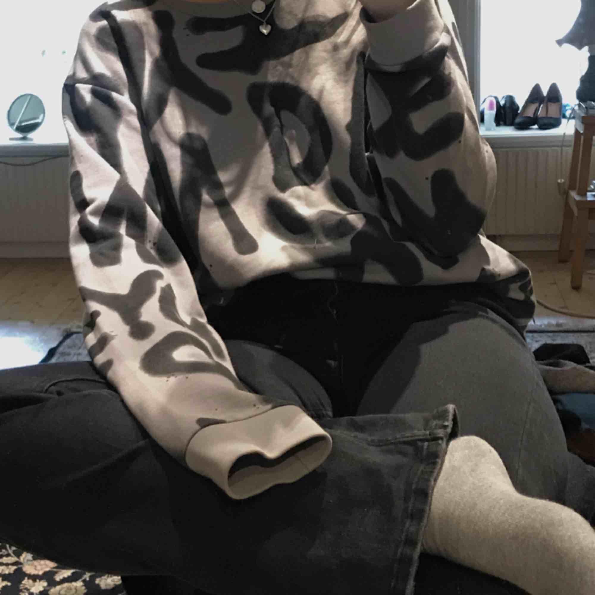 Tröja från Cheap Monday i xl, sitter bra oversized på mig som har m/38. Frakt tillkommer. Huvtröjor & Träningströjor.