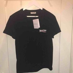 Balenciaga t-shirt i storlek S, aldrig använd tags är fortfarande kvar på, priset går att diskutera och frakt tillkommer (SÅLD)