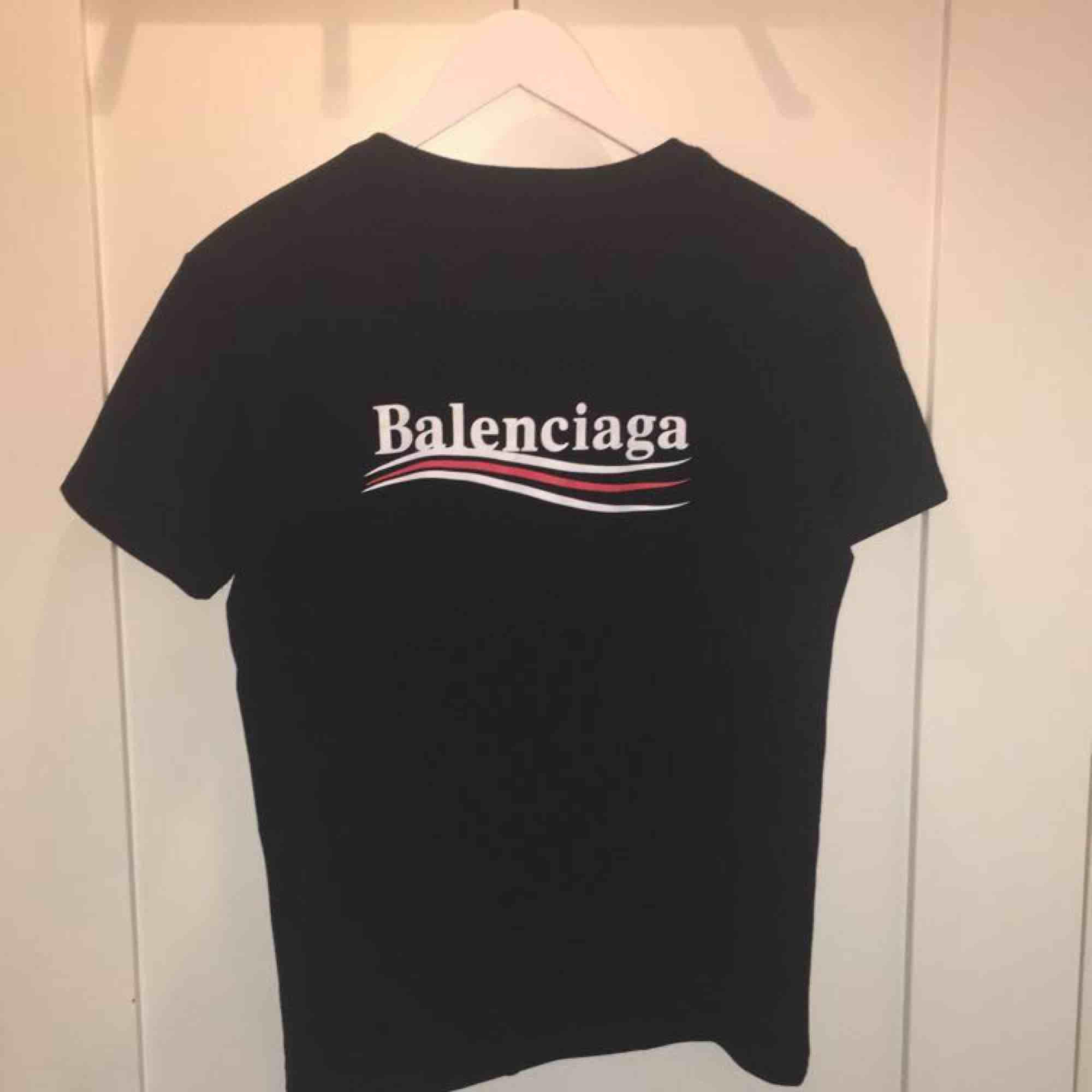Balenciaga t-shirt i storlek S, aldrig använd tags är fortfarande kvar på, priset går att diskutera och frakt tillkommer (SÅLD). T-shirts.