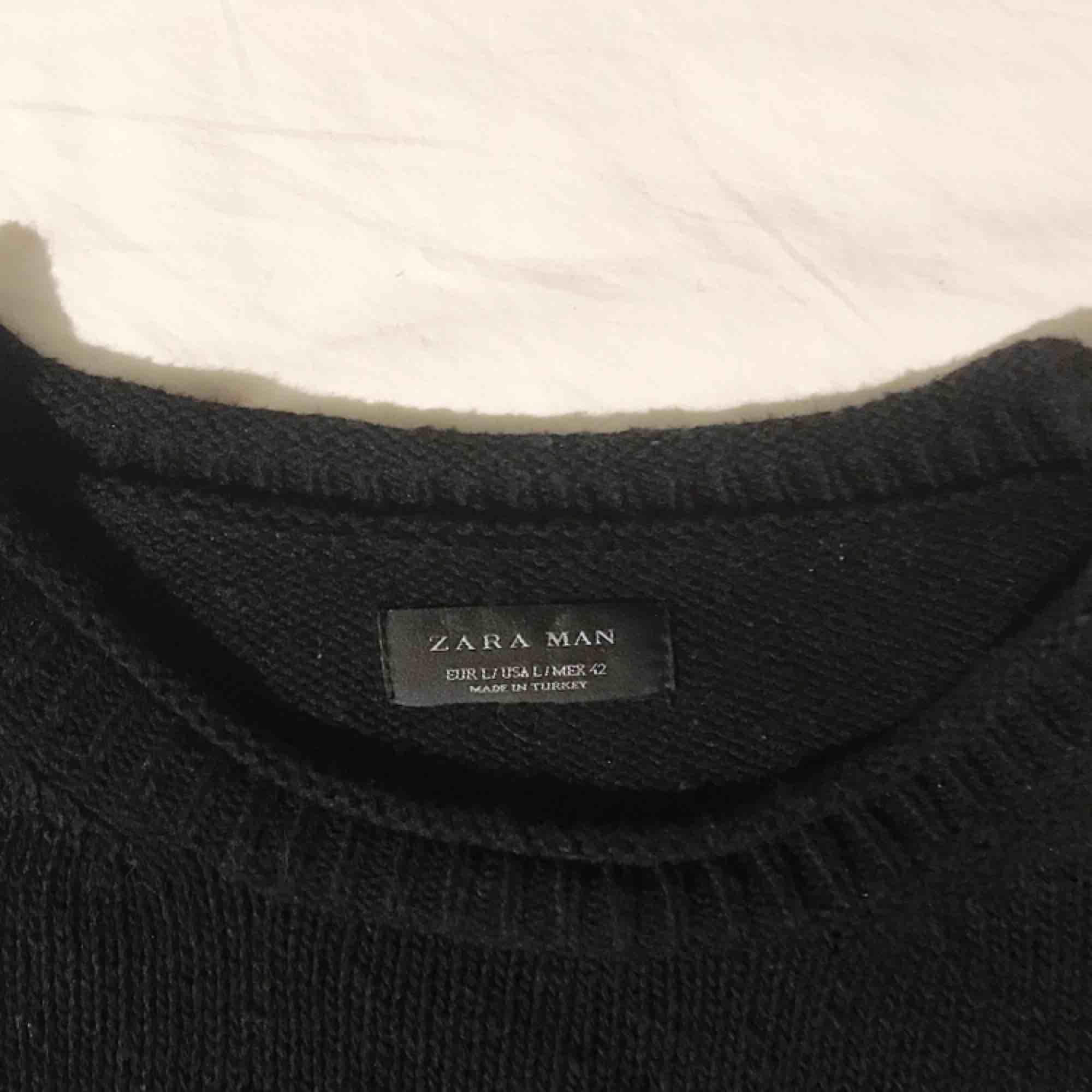 Tröja från Zara man i strl. L, går nog att använda som klänning om man är kort. Frakt tillkommer . Tröjor & Koftor.