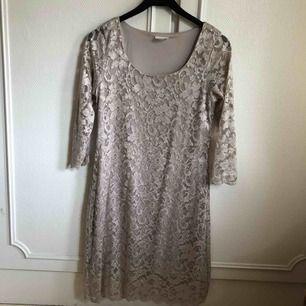 En fin klänning köpt från b.young för 800kr men som aldrig blivit använd av min mamma. Frakt ingår i priset men kan även mötas upp i Arvika/Karlstad 🌈 betalning sker via Swish eller kontant!