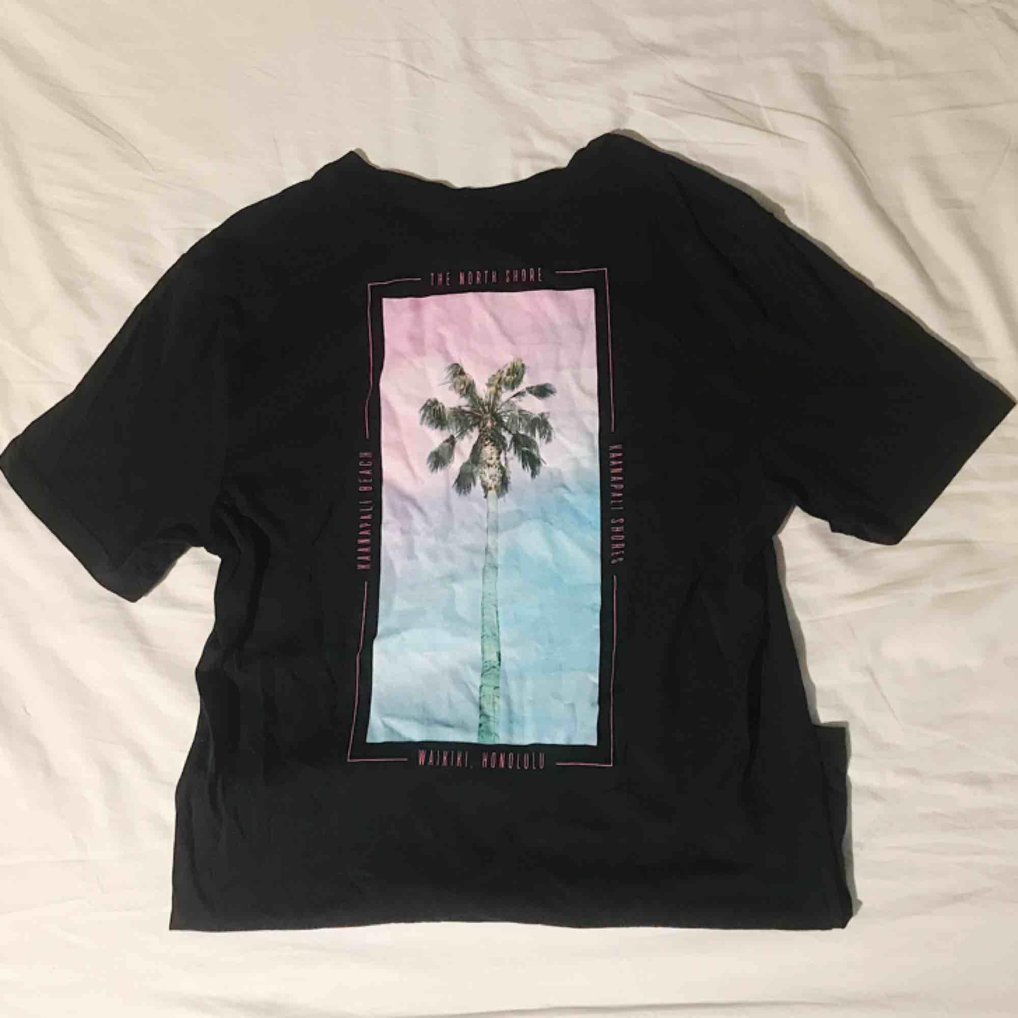 T-shirt från h&m, endast provad för bilden. Första bilden är baksidan. Frakt tillkommer. T-shirts.