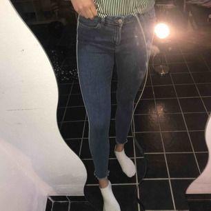 Säljer dessa jeans från denim company (köpta i London). Använda 2 gånger och är därför i nyskick. Nypris 349kr🤩