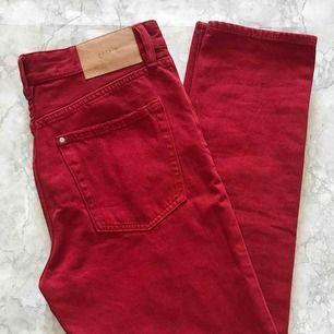 Röda high waist jeans från H&M aldrig använda. Byxorna har storlek 27, passar dem som brukar ha S/M✨
