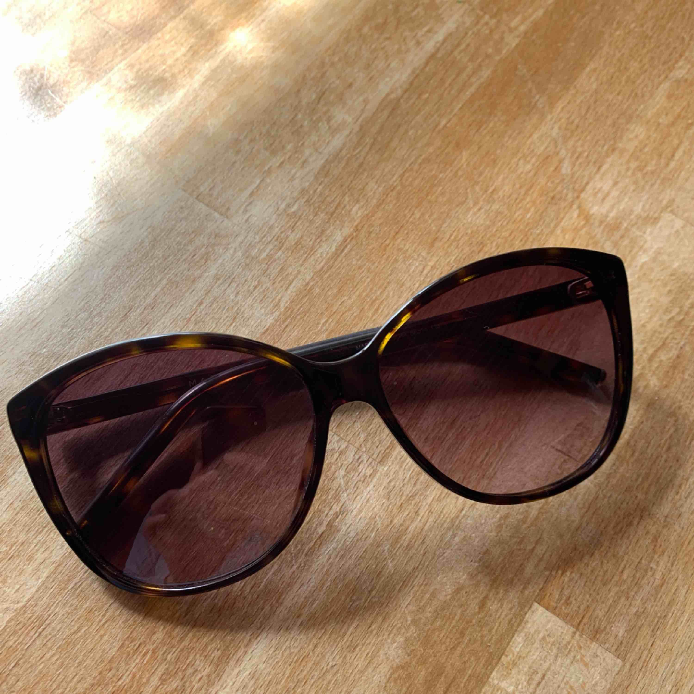 Marc Jacobs solglasögon, cat eye modell. Modellen ser ni på sista bilden. Använd max 5ggr. Passar inte min ansiktsform. Inga repor. Kommer med fodral. Kan dela på frakten!! ❣️🌟❣️. Accessoarer.