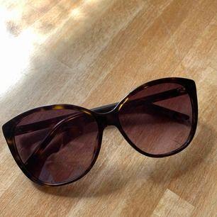 Marc Jacobs solglasögon, cat eye modell. Modellen ser ni på sista bilden. Använd max 5ggr. Passar inte min ansiktsform. Inga repor. Kommer med fodral. Kan dela på frakten!! ❣️🌟❣️