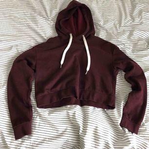 Croppad hoodie från H&M Divided. Jättemjuk och härlig på insidan! Köparen står för frakt.