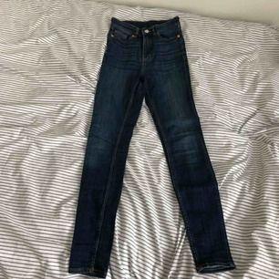 Mörkblåa jeans (slim high waist) från Monki! Stretchiga och sköna i midjan. Kontakta för fler bilder. Köparen står för frakt.