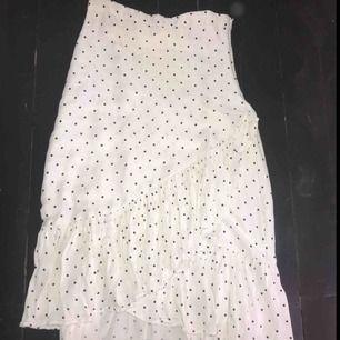 Snygg midi kjol från hm !! endast använd en gång 🥰🥰