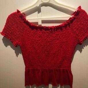 Offshoulder Gina tricot Röd offshoulder tröja från Gina tricot i stl xs. Frakt 40kr😊 Nypris 300kr😏