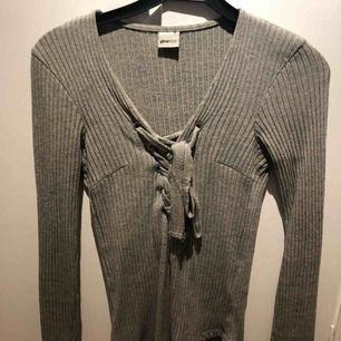 Tröja från Gina tricot Snygg tröja från Gina tricot i stl xs. Frakt 50kr, kan mötas upp i umeå😊 Nypris 400kr😉