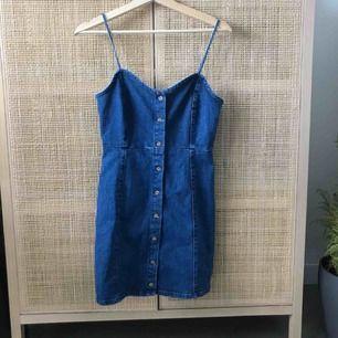 Helt oanvänd jeansklänning från Asos (pull & bear). Säljer pga för liten strl, det står M men skulle säga att det är en tight S! Köparen står för frakt.