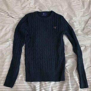 Äkta GANT-tröja i fint skick. Mjukt och skönt material. Ribbad. Kontakta för fler bilder/frågor. Köparen står för frakt