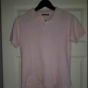 En rosa piké tröja från Peak Performance! Det är lite svårt att bedöma storleken men skulle säga att det är en S. Passar både tjej/kille!