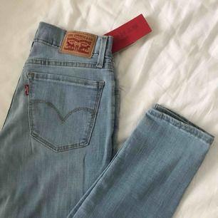Oanvända Levi's jeans i storlek W26 L32. Säljer då dom tyvärr är för långa för mig, Nypris 1100kr mitt pris 500kr, köparen står för frakten.