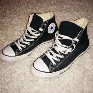 Svarta converse, använda en gång, säljer pga fel storlek.. 150+ eventuell frakt! ☺️