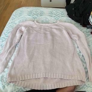 Mysig stickad rosa tröja! Knappt använd. Frakt betalas av köparen, kan även mötas upp i Stockholm!