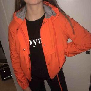 Säljer denna orangea coola jackan från hm. 100kr+ frakt. Strl 34