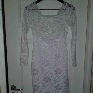 En vit axelbandslös spetsklänning från bubbelroom med märket Model behavior. Köpte när jag skulle konfirmera mig i åttan (går i 1:an på gymnasiet) men använde den aldrig. Jättefint skick och aldrig använd!