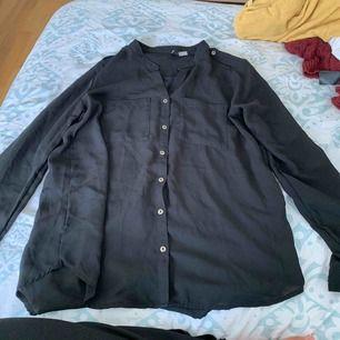 Svart sval skjorta!  Frakt betalas av köparen, annars går det att mötas upp i Stockholm.