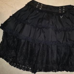 Oanvänd kjol från märket poizen. Storlek S. Finns i Skövde!
