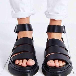 Dr martens sandaler köpare står för frakt.