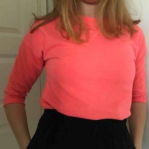 Neonrosa tröja. Lite nopprig annars bra skick. Barnstorlek men jag har själv s så om man vill ha den tajt kan passar den bra ändå.