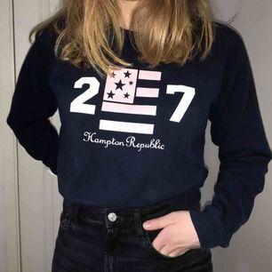 Marinblå sweatshirt med tryck. Bra skick.