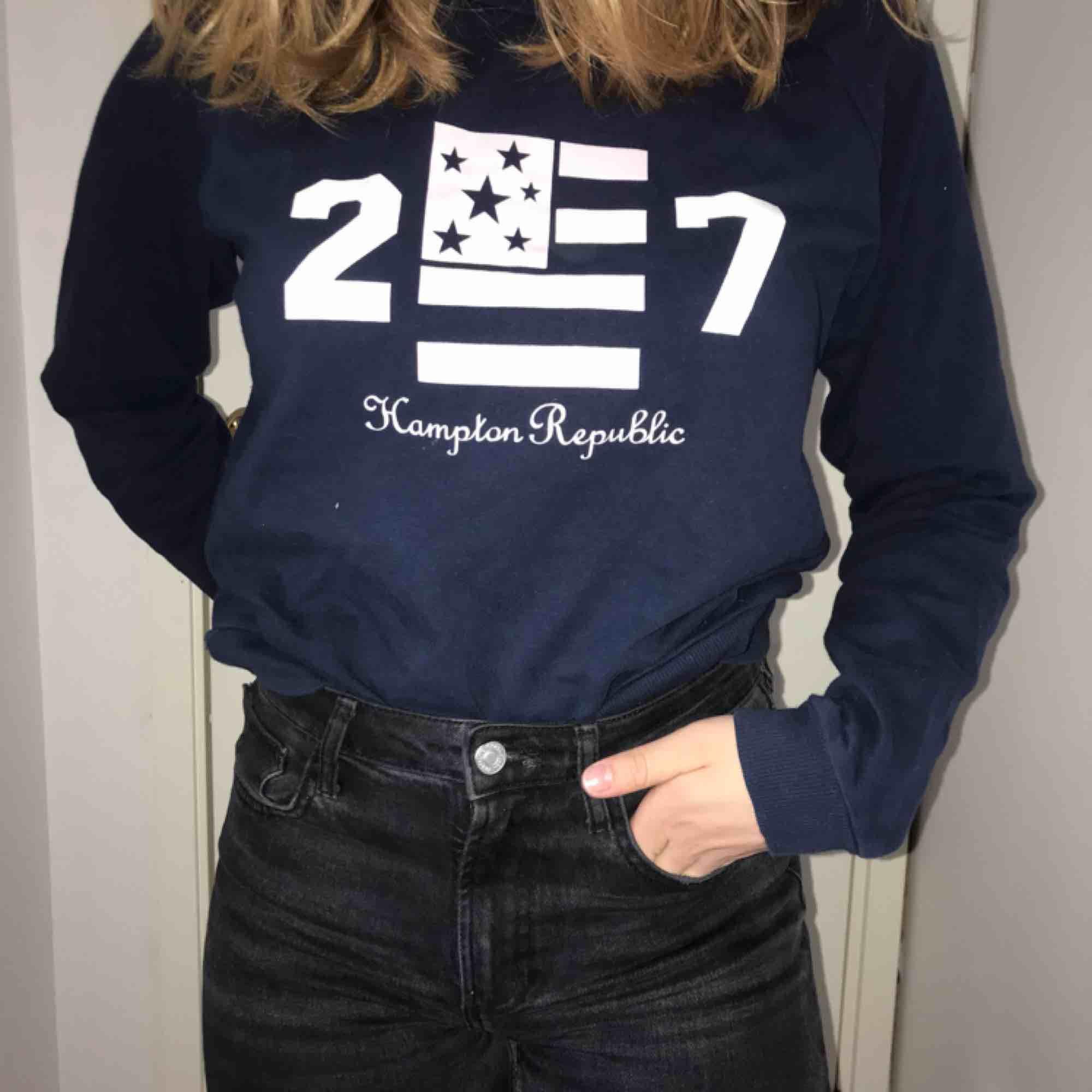 Marinblå sweatshirt med tryck. Bra skick. . Tröjor & Koftor.