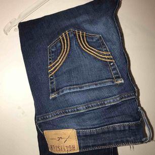 Blåa Hollister jeans. Lite slitna med ett litet hål prisas under de högra knät.