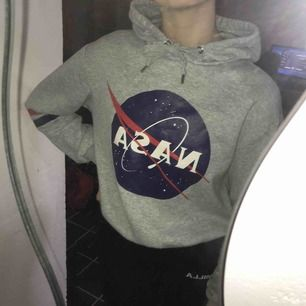 Säljer denna NASA hoodien från hm i strl s för 100kr + frakt. Använd några gånger men inte sliten🤩
