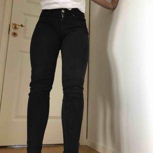 Svarta jeans. Lite slitna.