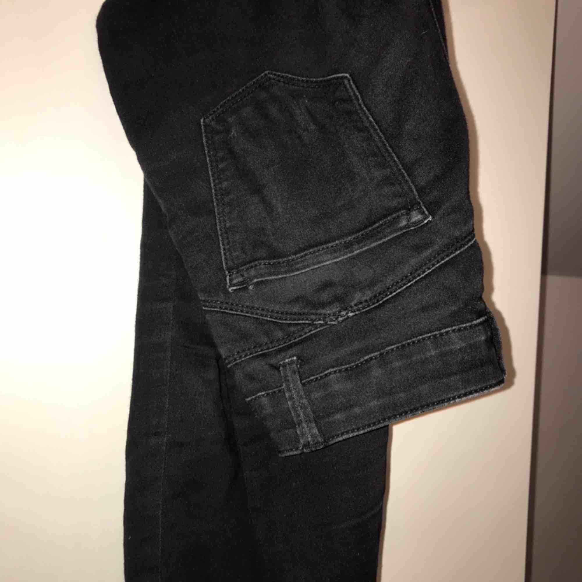 Svarta jeans. Lite slitna. . Jeans & Byxor.