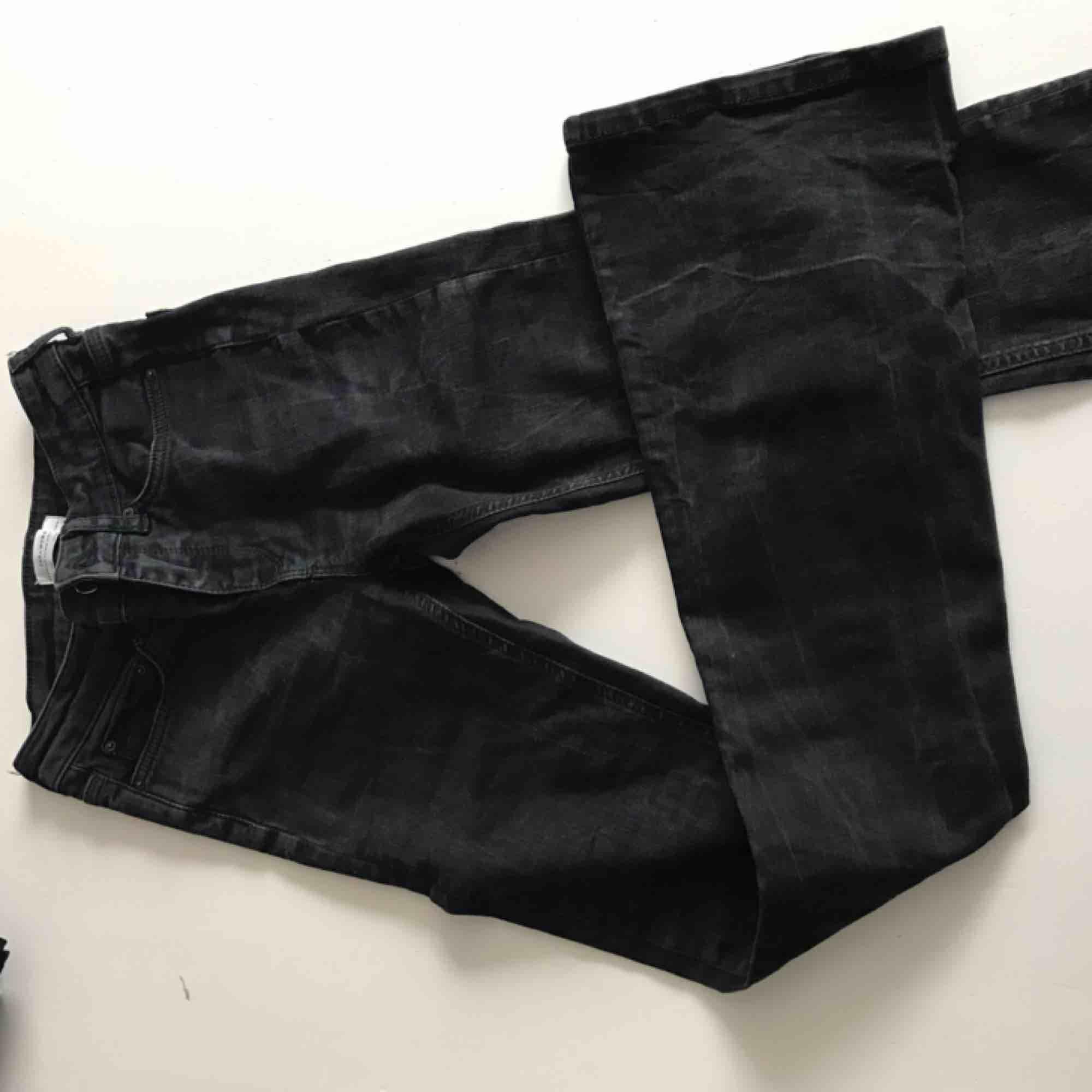 Zara jeans🥰 säljs pga de är för långa för mig . Jeans & Byxor.
