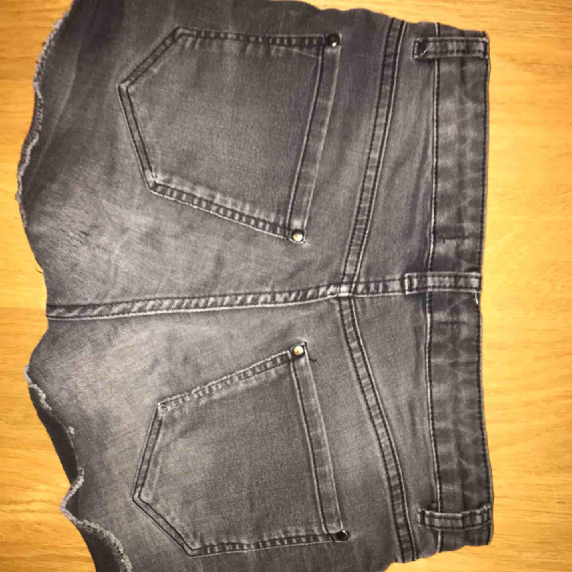 Gråa jeansshorts. Med stretch och pärlor på framsidan.  . Shorts.