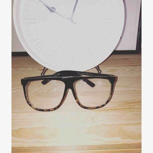 Glasögon UTAN styrka. Lite större bågar som inte passade mitt ansikte, men kanske passar dig.