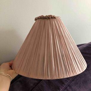 Lampskärm i siden från watt och veke. Gammalrosa till färgen. Storlek 36 (36cm diameter). Ny och med lapp kvar. Har två stycken om man är intresserad av båda.