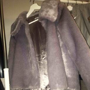 Säljer en super fin Jacka med fake päls från Ginatricot. Har aldrig använt utan den har bara hängt i min garedrob. Kan mötas i Uppsala eller så står köpare för frakt.