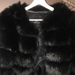 Säljer min väldigt snygga päls jacka från Chelsea. Köpte den för nån månad sen och har aldrig använt den utan ba haft den i garderoben. Kan mötas upp i Uppsala eller så står köpare för frakt💕