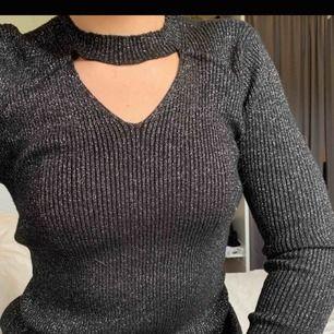 Stickad glittrig tröja i nyskick! Passar möjligtvis även M då den är stretchig. Frakt tillkommer